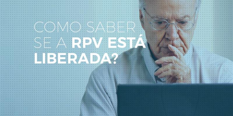homem verificando se a rpv está liberada no computador
