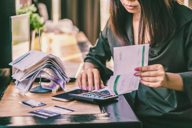 mulher olhando as dívidas