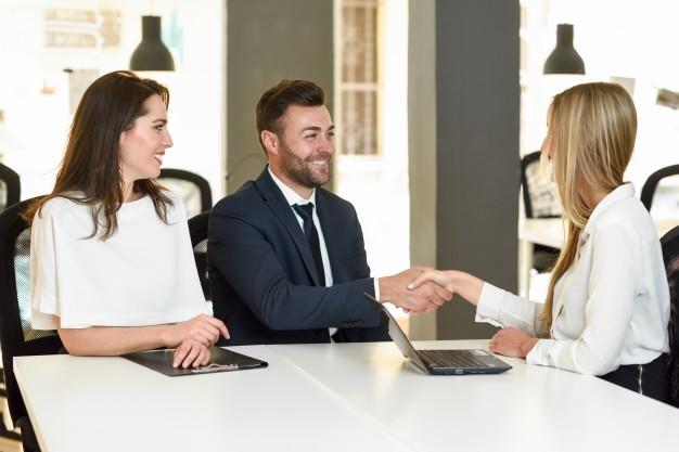 mulehr fechando negócio com gestores