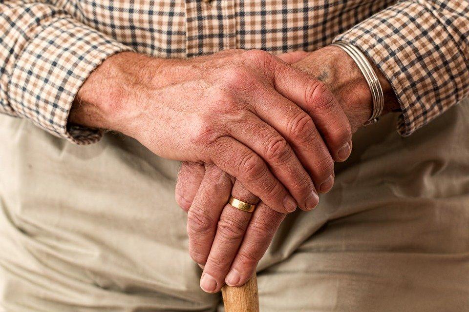 mão de idoso