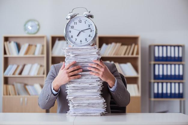 homem com uma pilha de documentos